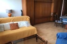canapé lit plus lits simples escamotés dans le mur