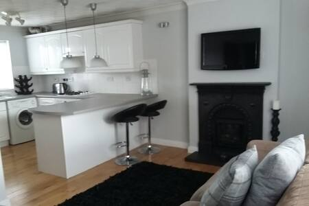 Fabulous, modern 1 bed apartment, lovely location - Flat
