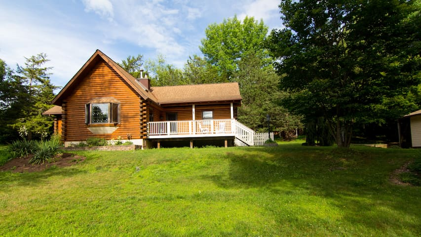 Hudson Valley Log Home in Park Like Setting! - Red Hook - Haus