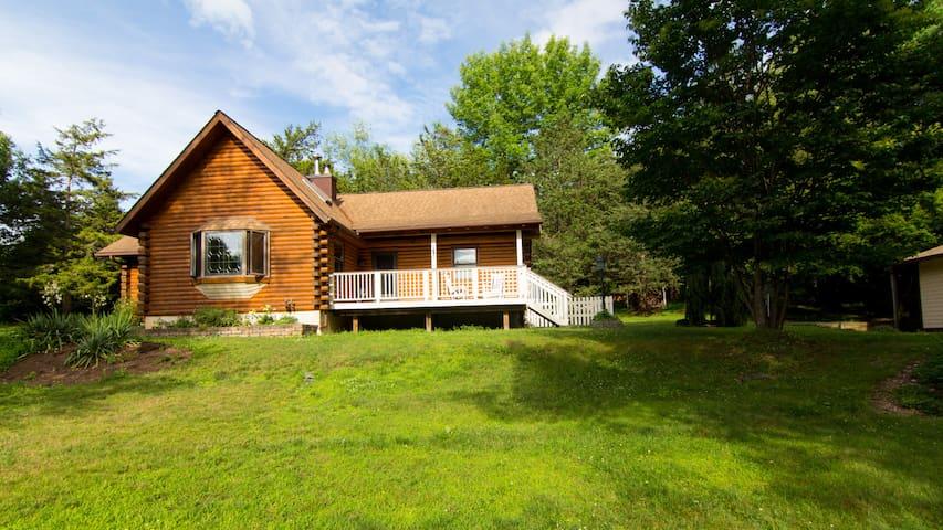 Hudson Valley Log Home in Park Like Setting! - Red Hook - Hus
