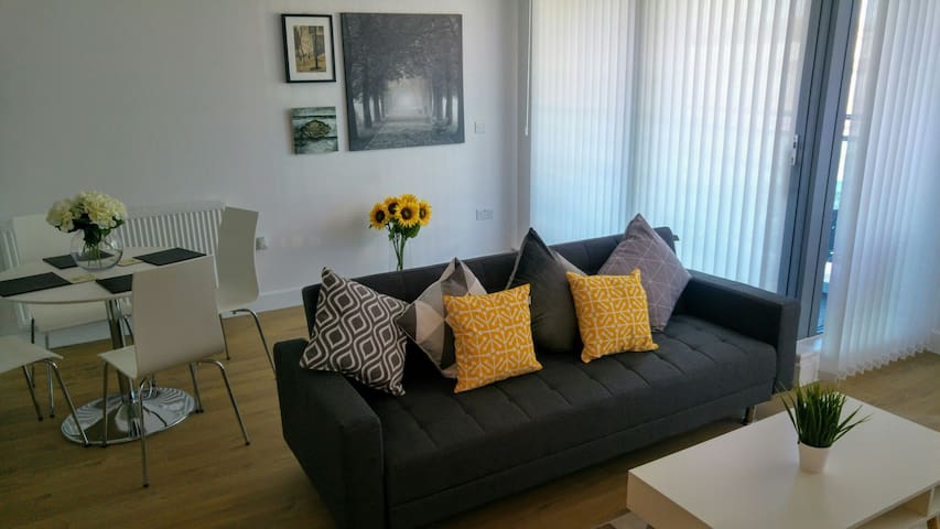 Modern town center one bed serviced apartment