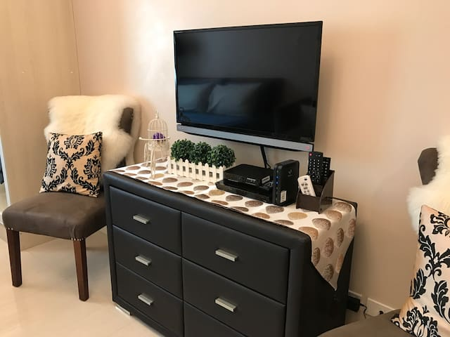 Relaxed & Spacious room w/ NETFLIX + WIFI & CABLE
