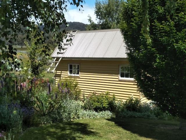 Artist's retreat next to Tasmania's Wilderness