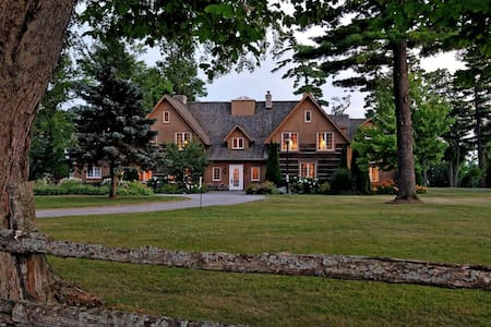 Historic Waterfront Dunsford House at Eganridge - Kawartha Lakes - บ้าน