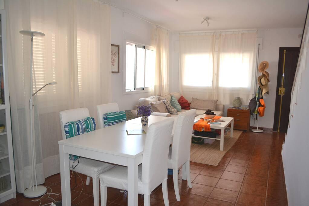 Salón-comedor en planta baja. También hay un aseo. Living and dining room, ground floor.