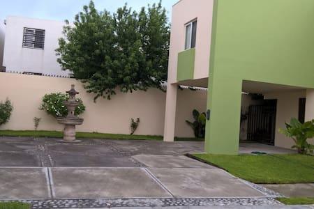Acogedora Zona García. Tres habitaciones dobles.