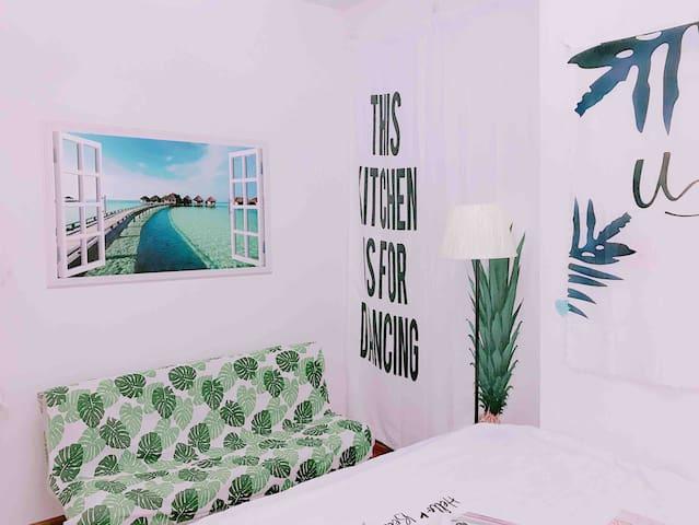 卧室(3)带落地大窗,带露台,朝南,舒适感特别好。图片为卧室一角。具体点击我的头像查看我的该间卧室详情:房源标题为【ins新宿】