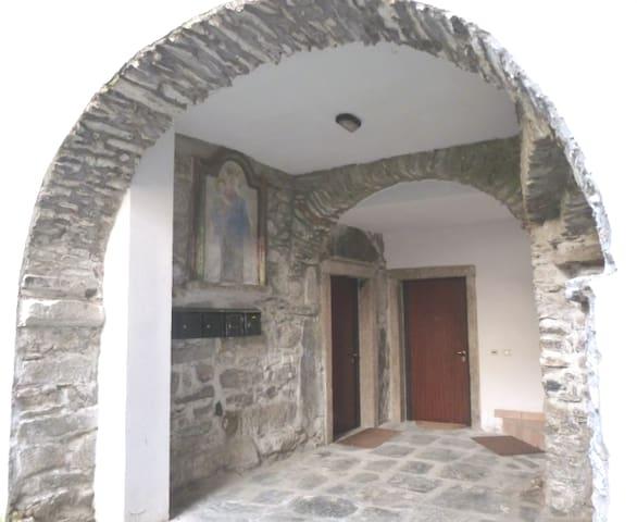 l'ingresso di casa Donna Ginevra con l'antica fontana.