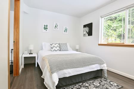 Cozy & Modern Guest Suite in Shoreline!