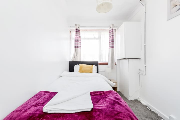 Second bedroom with a cosy single bed.