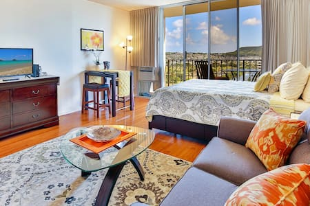 Central Waikiki Studio with Parking & Great View