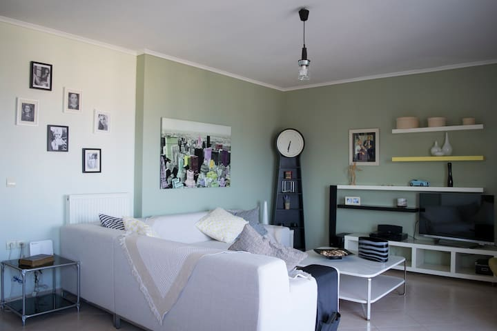 Spacious living room to enjoy a movie