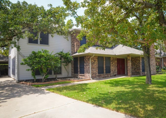 Spacious home w/pool, 5 mi. from Texas A&M