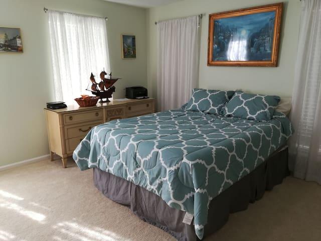 Private island room bw downtown Sav &Tybee Island.