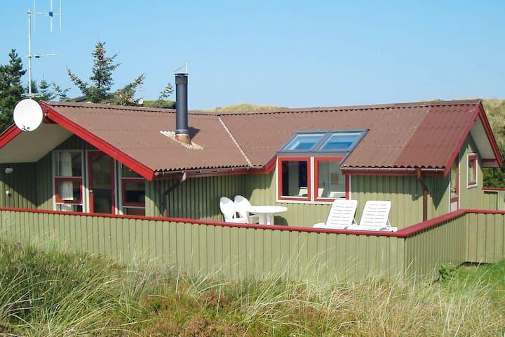 Modernes Ferienhaus in Vejers Strand mit Terrasse