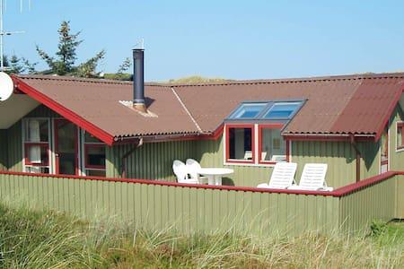 Moderna casa de vacaciones en Vejers Strand con terraza