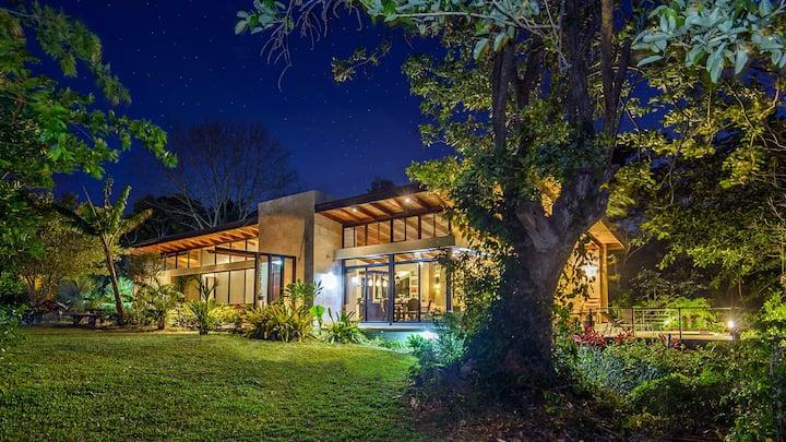 Atenas Best climate / Casa Aracari