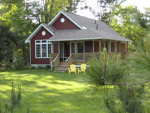 Kamaniskeg Lakeside Cottage near Algonquin