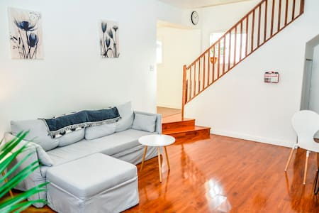 Spacious, Bright Suite Just 10 Mins from Airport