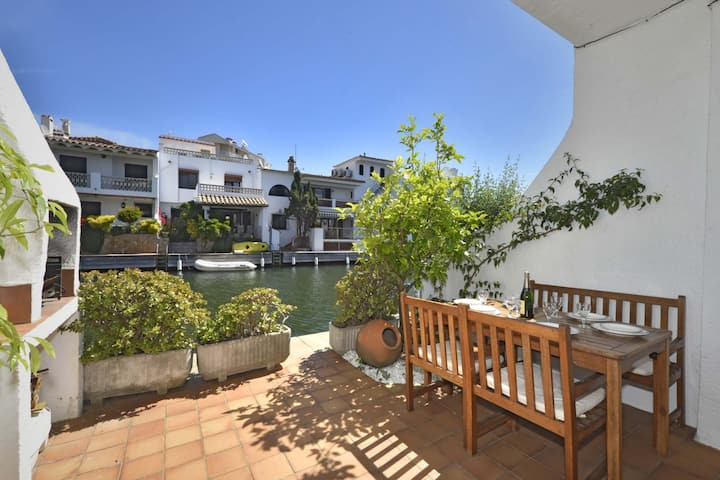 Terraced fishing house with 3 bedrooms with terraces and views of the canal.