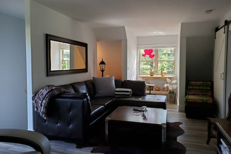 Private Suite, walk to beach, town, and golf