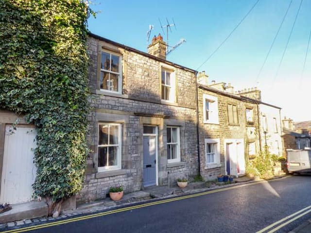 HONEY COTTAGE, pet friendly in Kirkby Lonsdale, Ref 937306