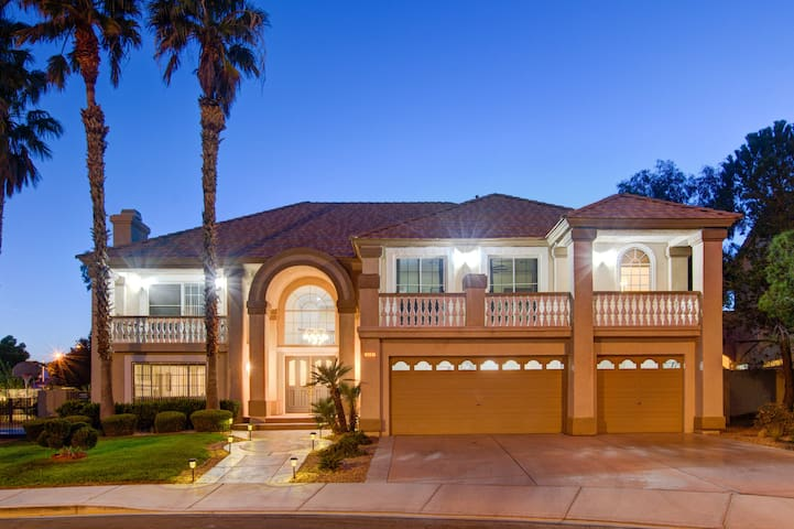 7Bedroom Estate| Luxury Accommodations by LV Strip
