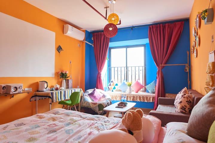 """""""青花瓷""""私人影院大床房--有厨房-大飘窗"""