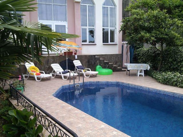 Просторная комната с бассейном и стоянкой! - Sochi - Guesthouse