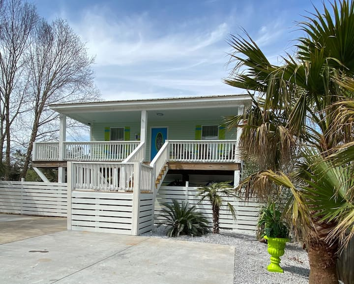 1 block from Gulf w/beach view+palms, patio, pets