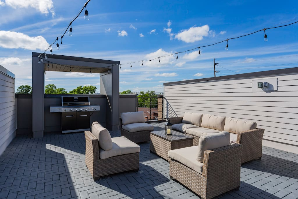 HUGE AND PRIVATE roof top lounge with fantastic grilling station.