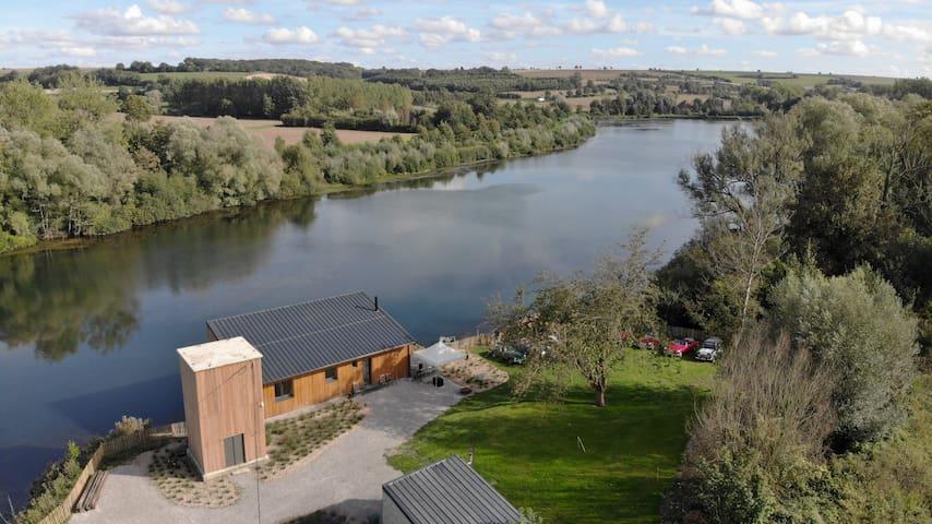 Chalet contemporain au bord d'un lac