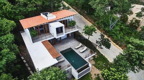 素晴らしい海の景色を眺める建築的な家