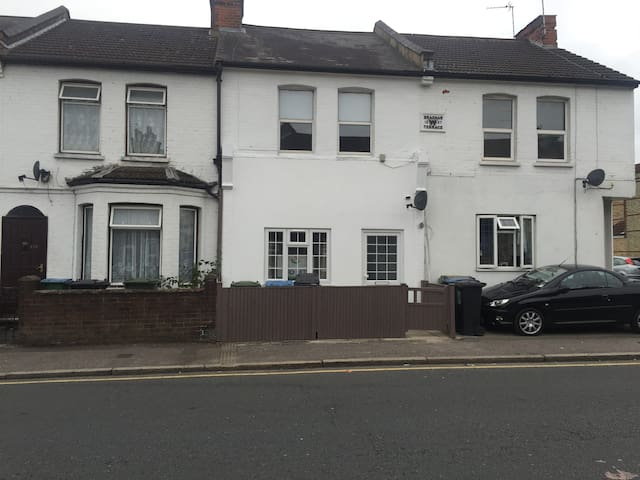 Furnished and self contained 1 bed flat in Watford - Watford - Квартира