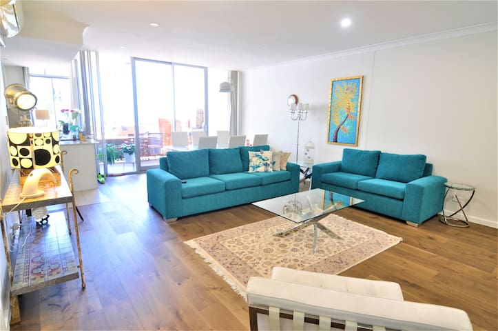 2 rooms in stylish apartment near airport & city