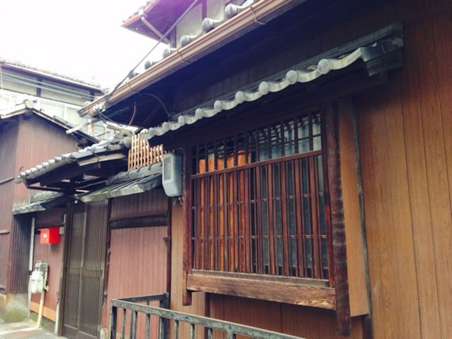 Small room window next to the door (you come in from this room) 入口横の小部屋(ここから入ります)