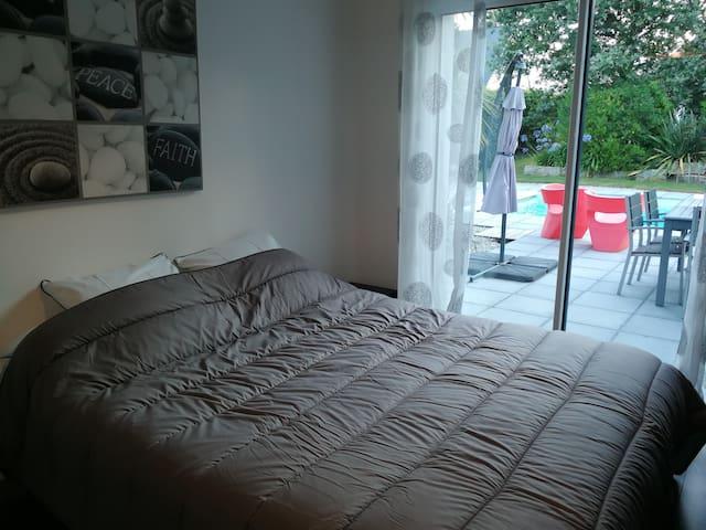 chambre 1 : rez de chaussée  160x200 + salle de douche privative