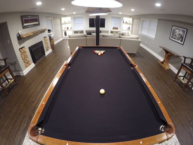 1700 sq. ft. Home - Movie Theater/Pool table/Bar