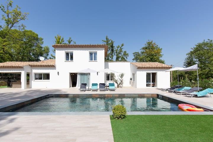 Villa neuve avec piscine et climatisation