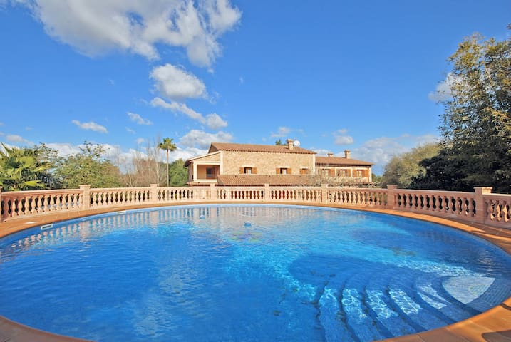 RURAL HOUSE WITH a  ROUND SWIMMING POOL IN ALGAIDA NEAR PALMA