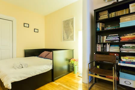 Cozy double room in a character home 10min from DT - Montréal - Apartment