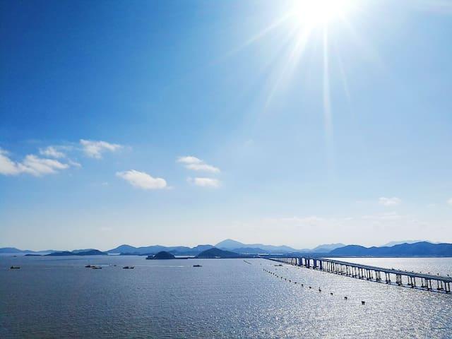 【且漫】• 面临大海遥望普陀山 •临东极岛码头 一线海景房  200米内含大型商场 免费停车场
