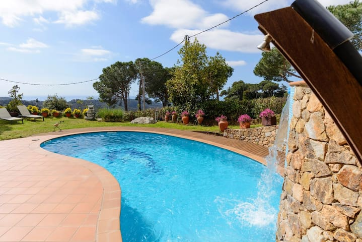 Fantastic pool, garden and great views