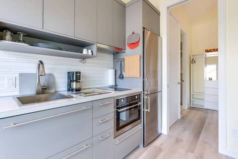 Downtown Suite close to the Beach (pet-friendly)