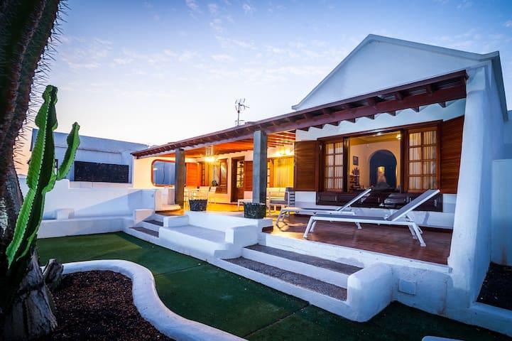 ¡OPPORTUNITY! Stunning Villa next to the sea