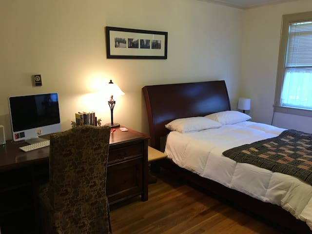 Large, comfy and warm private bedroom on Cap Hill - Seattle - Appartamento