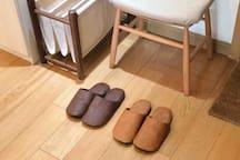 换鞋凳+皮拖鞋+棋盘储物架