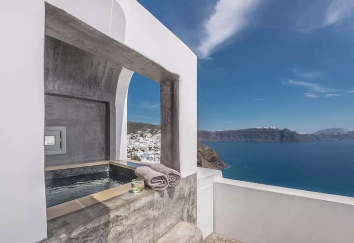 Suite with Outdoor Jacuzzi & Caldera View