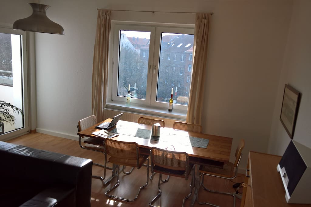 Wohnzimmer mit großem Schreib-/Esstisch.