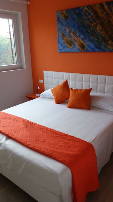 camera doppia con letto matrimoniale divisibile e bagno privato.